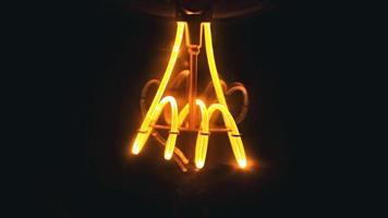 lampadina a incandescenza accesa foto