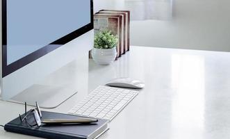 mockup di computer in un ufficio a casa foto