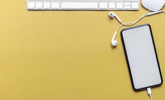 vista dall'alto di un mockup di smartphone con tastiera