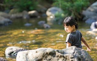 ragazza che gioca in un fiume