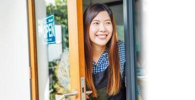 donna sorridente e saluto ai clienti