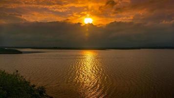 riflesso del tramonto sull'acqua foto