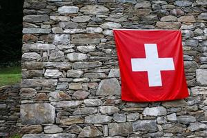 bandiera svizzera sul muro foto