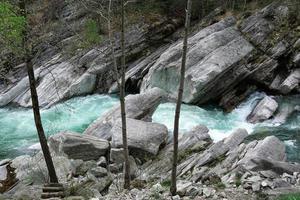 fiume nelle alpi