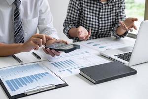 primo piano dei contabili al lavoro