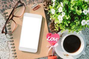 vista dall'alto di un mockup di smartphone con caffè foto