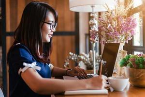 donna che lavora al computer portatile a casa foto