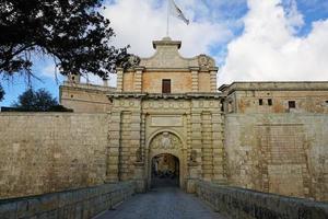 mura e cancello della città a mdina foto