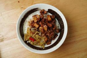 piatto di riso e carne cotta