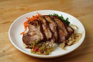 piatto di riso, anatra e cavolo foto