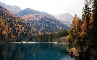 lago tra le montagne in autunno