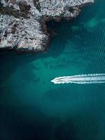 vista aerea della barca sull'acqua
