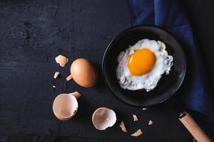 uovo fritto in padella foto