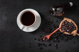 caffè caldo e chicchi di caffè crudi