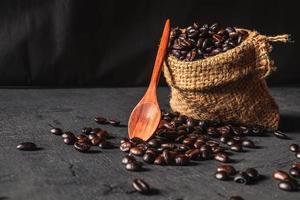 chicchi di caffè crudi in un sacco