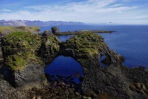 costa rocciosa vicino all'oceano