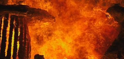 edificio che brucia in un incendio