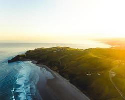 foto aerea di case sulla spiaggia al tramonto