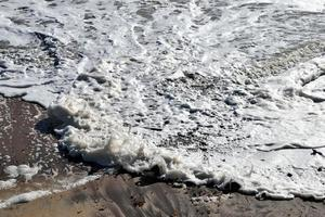 schiuma dell'oceano sulla spiaggia foto