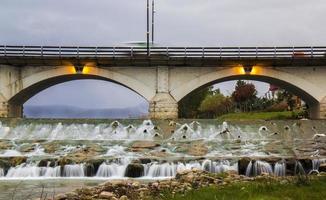il ponte cheshmeh nella città di tonekabon