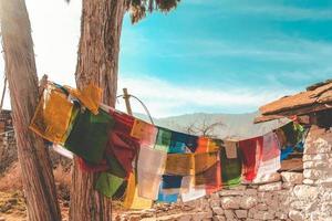 bandiere di preghiera su una linea di vestiti