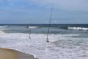 canne da pesca in spiaggia foto