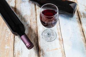 bicchiere di vino e bottiglia di vino