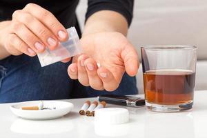 tossicodipendente prendendo pillole foto
