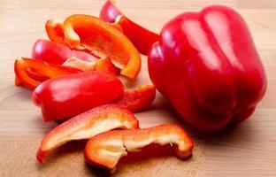 peperone rosso tagliato su una tavola foto