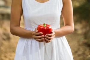 giovane donna asiatica che tiene frutta e verdura foto
