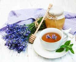 tazza di tè e fiori di lavanda foto