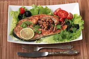 salmone alla griglia con insalata e noci