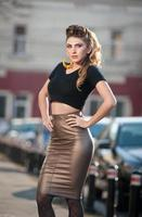 attraente giovane donna in un colpo di moda urbana foto