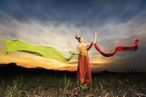ragazza che balla tailandese con abito in stile nordico