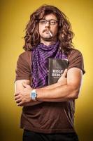 Sacra Bibbia che tiene hipster tizio sigaretta in bocca alternativa cristiana