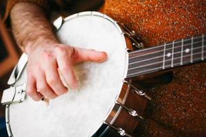 hipster che suona il banjo foto