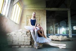 ballerini di balletto delle sorelle gemelle