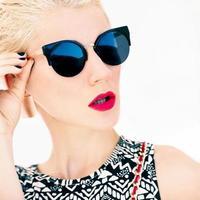 foto di moda della ragazza con gli occhiali alla moda