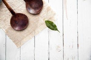 due cucchiai di legno artigianali rustici foto