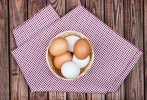 uova di gallina su fondo in legno