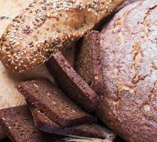 un sacco di pane appena sfornato foto