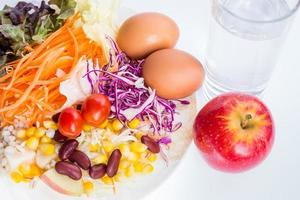 insalata nel colpo bianco del primo piano del piatto. foto