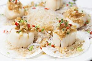cucina cinese, vermicelli e capesante saltati in padella foto