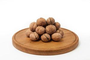 noci sul piatto di legno
