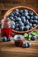 conserve fresche di prugne nella dispensa foto