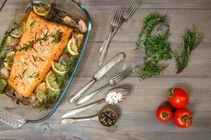 salmone alla griglia con erbe fresche e spezie foto