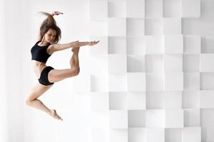 donna che esegue una danza foto