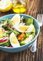 sana insalata di verdure con uova sode e fiocchi di peperoncino