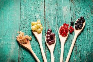 bacche fresche estive, fondo in legno, cibo sano.
