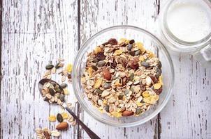 delizioso e sano cereale in una ciotola con latte foto